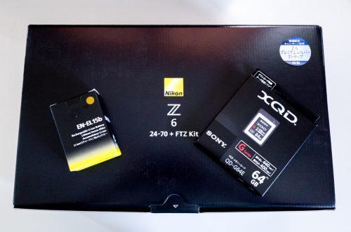 XQDカードと予備バッテリ